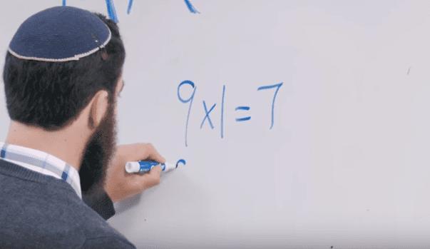 Thầy giáo bắt đầu viết lên bảng 6 phép tính.
