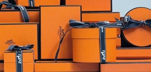 Hộp đựng sản phẩm có màu cam đặc trưng của Hermès
