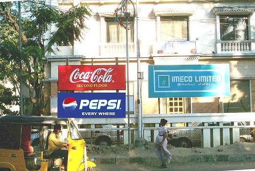 """Bức ảnh này rất thú vị. Coca Cola thuê tầng 2 của tòa nhà để làm văn phòng đại diện và marketing, họ treo một tấm biển chỉ dẫn ghi rõ: """"Coca-Cola ở tầng hai"""". Vài ngày sau, Pepsi xuất hiện với khẩu hiệu: """"Pepsi thì có mặt ở mọi nơi"""""""
