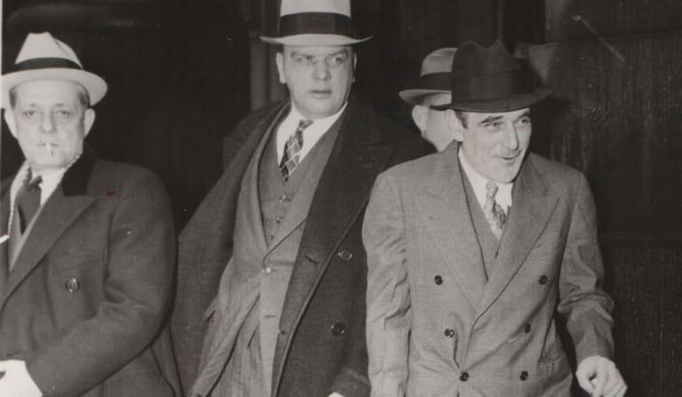 Đến ông trùm tội phạm Al Capone ( giữa) mà Lustig (phải) cũng không tha