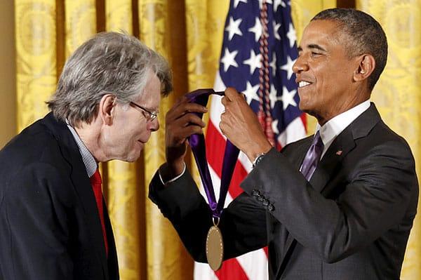 Stephen King được cựu Tổng thống Barack Obama trao tặng Huân chương quốc gia vì nghệ thuật vào năm 2015