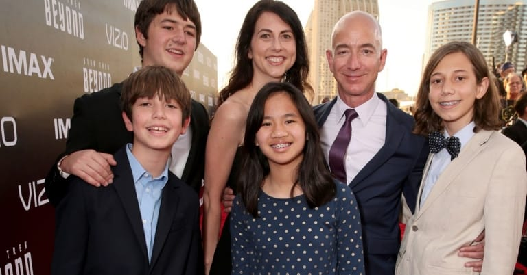 Jeff Bezos bên vợ và các con