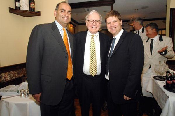 Warren Buffett chụp hình cùng Mohnish Pabrai (trái), Guy Spier (phải) tại buổi ăn trưa