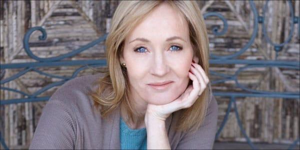 """Joanne """"Jo"""" Rowling là tiểu thuyết gia người Anh, tác giả bộ truyện giả tưởng nổi tiếng Harry Potter với bút danh J. K. Rowling."""