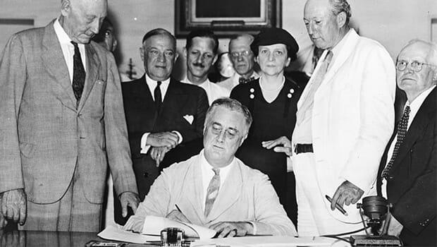 14/08/1935: TT Roosevelt ký Đạo luật An sinh Xã hội