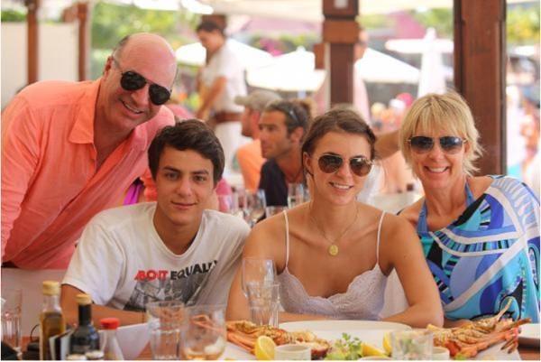 Kevin O'Leary cùng con trai Trevor, con gái Savannah và vợ Linda.