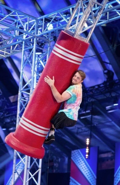Martin đang vượt qua thử thách tại chương trình Ninja Warrior