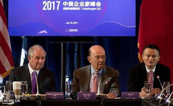 Ông Stephen Schwarzman, ông Wilbur Ross và ông Jack Ma tại hội nghị ở Washington DC. Nguồn: Tân Hoa Xã (Xinhua News Agency)