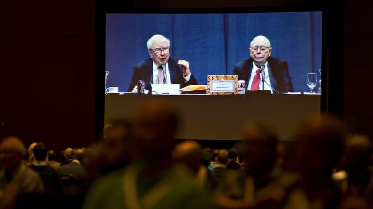 Warren Buffett và Charlie Munger trả lời các câu hỏi trong ĐHCĐ Berkshire Hathaway. Ảnh: Yahoo
