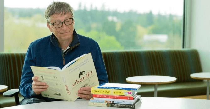 Bill Gates trong mấy mươi năm nay vẫn kiên trì mỗi tuần xem ít nhất hai quyển sách.