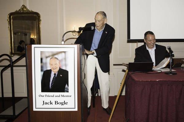 Các Bogleheads yêu mến cuồng nhiệt Bogle, người đàn ông đã thành lập Vanguard vào năm 1974 và giới thiệu quỹ tương hỗ chỉ số đầu tiên vào năm 1975.