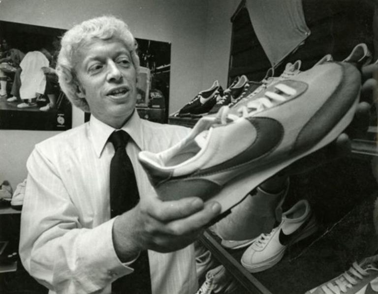 CEO Phil Knight của Nike đã tìm ra cách tiếp cập mới  đến khách hàng