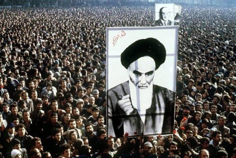 Cuộc Cách mạng hồi giáo Iran 1979 khiến Hoa Kỳ lâm vào cuộc khủng hoảng dầu mỏ lần thứ 2 trong vòng 6 năm. Trong áp phích là Lãnh tụ Hồi giáo Iran Ruhollah Khomeini, người sau đó đã khai sinh nước Cộng hòa Hồi giáo Iran và trở thành Lãnh tụ Tối cao.