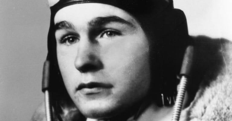 Ông đã quyết định gia nhập Hải quân Mỹ khi vừa tròn 18 tuổi. Ảnh: Getty.