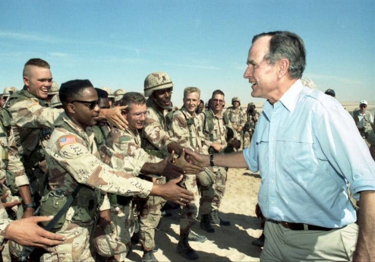 Ông Bush chào binh lính chiến tranh vùng Vịnh