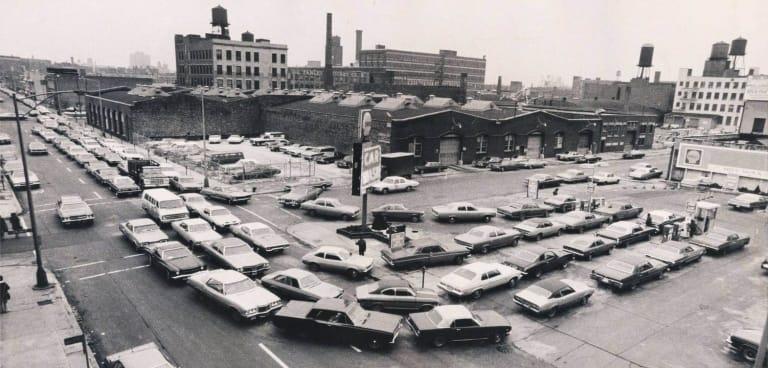 Những hàng dài xe hơi chờ đổ xăng trong cuộc khủng hoảng dầu mỏ 1973. Đa số xe trong hình đặc trưng cho trường phái xe hơi Mỹ thời kỳ đó: dài, rộng và cực tốn nhiên liệu.
