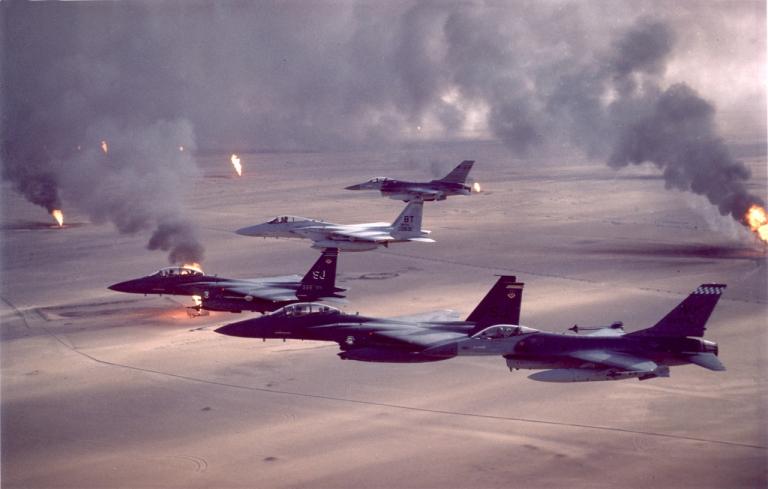 Máy bay tiêm kích Mỹ trong cuộc Chiến tranh vùng vịnh, bên dưới sa mạc là các giếng dầu đang bốc cháy do quân đội Iraq đốt để cản trở tầm quan sát và làm chậm bước tiến của quân đội Mỹ.