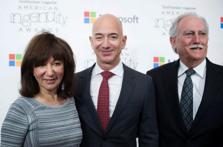 mẹ và cha dượng của Jeff Bezos đã rất ủng hộ cho giấc mơ kinh doanh của con trai mình, họ đã sẵn sàng đầu tư $245,573 USD vào Amazon để giúp công ty có thể khởi nghiệp.