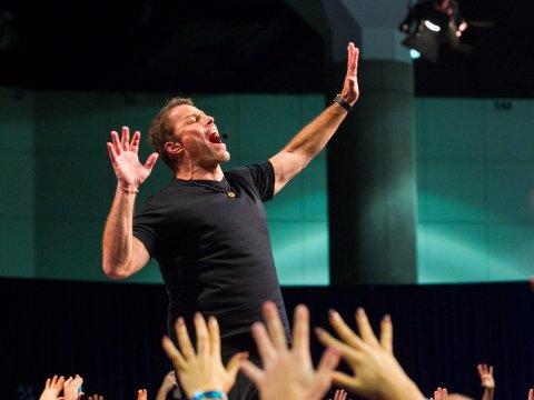 Chân trần trên than đỏ và bài học lập trình lại tư duy Guy Spier có được nhờ Tony Robbins