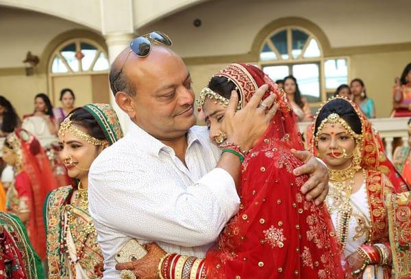 """Mahesh Savani  cùng một trong số những """"con gái nuôi"""" của mình"""