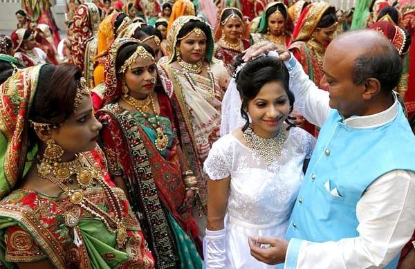 """Vào ngày 23/12/2018, đại gia Ấn Độ này đã chứng hôn cho 261 con gái nuôi của mình để những cô gái không có """"người giám hộ là đàn ông"""" này được cử hành hôn lễ."""