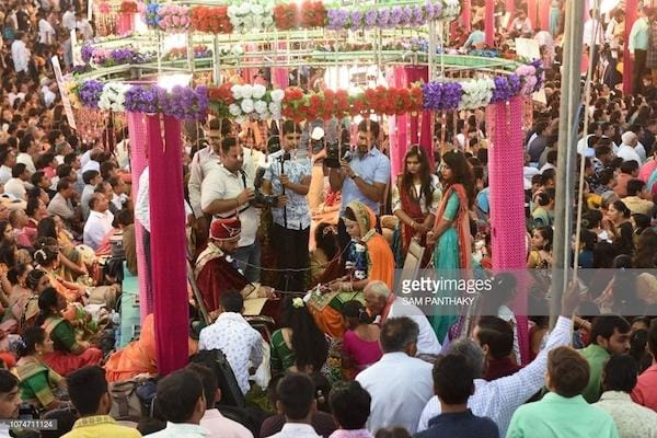 Bắt đầu từ công ty của mình, ông Mahesh Savani cho người đi tìm những cô gái nhà nghèo không trả nổi của hồi môn hoặc trong nhà không có người giám hộ là nam để chủ trì hôn lễ, đương nhiên những cô gái trẻ này phải có bạn trai yêu thương mình.