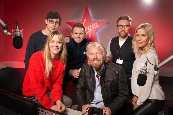 Richard Branson (giữa) khởi đầu bằng sự nghiệp kinh doanh phòng thu