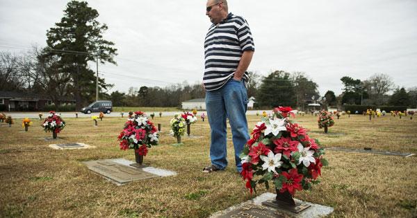 Ở thời điểm khó khăn, Stewart có doanh thu hàng năm đạt khoảng 700 triệu đô la và sở hữu khoảng 700 nghĩa trang và nhà tang lễ tại chín quốc gia, với phần lớn nằm ở Hoa Kỳ