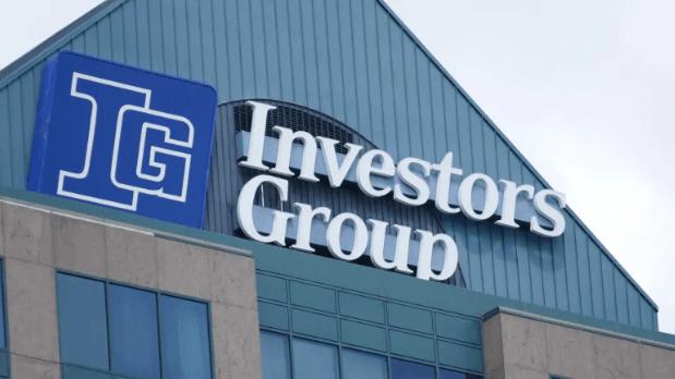 Sau khi tốt nghiệp đai học, Michael Lee-Chin xin được vào làm nhân viên tại bộ phận tài chính của Công ty đầu tư Investors Group tại Hamilton, Ontario.