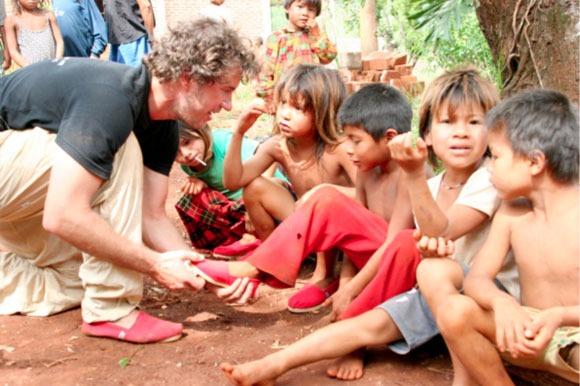 Ông chủ TOM'S tặng 10.000 đôi giày cho trẻ em Argentina trong năm đầu tiên