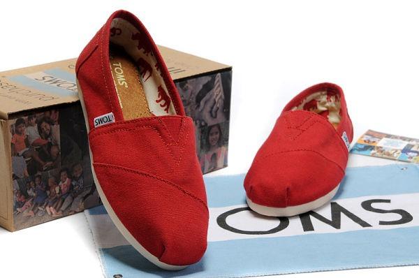 Giày của TOMS được tạo nên từ vải bạt và có kiểu dáng đơn giản