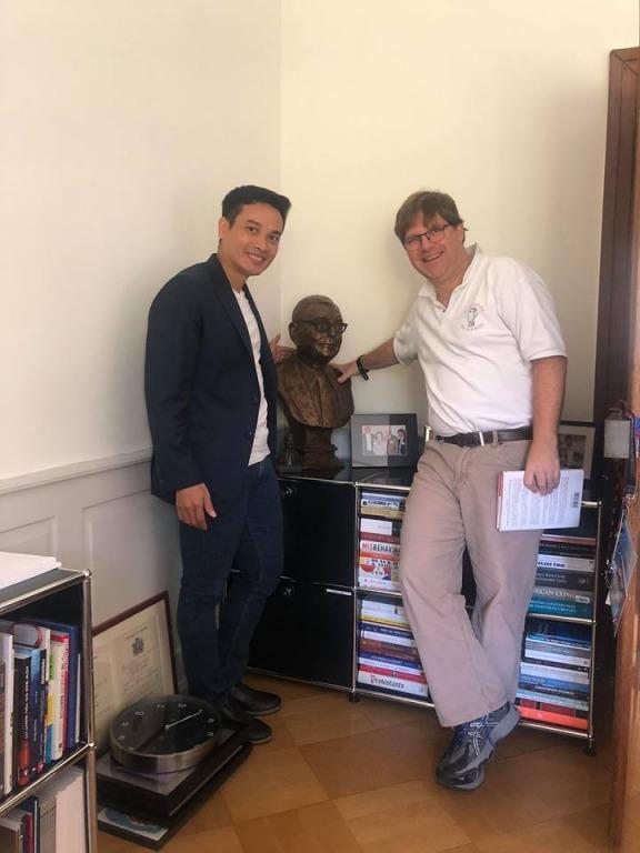Anh Thái Phạm - Founder Happy.Live chụp hình cùng Guy Spier bên tượng ngài Charlie Munger tại văn phòng của ông ở Thụy Sĩ