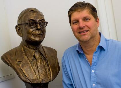 Guy Spier để tượng của Charlie Munger trong phòng làm việc