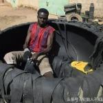 Chàng trai châu Phi mua lốp làm dép bị chê cười, không ngờ vài tháng sau, các thiếu nữ đều muốn lấy anh