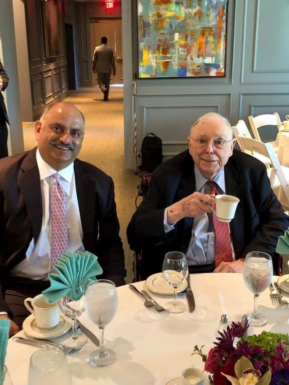 Charlie Munger và Mohnish Pabrai tại đại hội Berkshire Hathaway