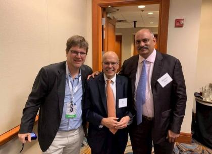 Mohnish Pabrai, Guy Spier và Giảm đốc nhánh bảo hiểm của Berkshire - Ajit Jain tại Đại hội cổ đông năm 2019