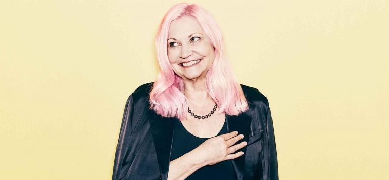 Nữ doanh nhân 'tóc hồng' Therese Tucker lập nên công ty hàng tỷ đô khi tuổi ngoài 40
