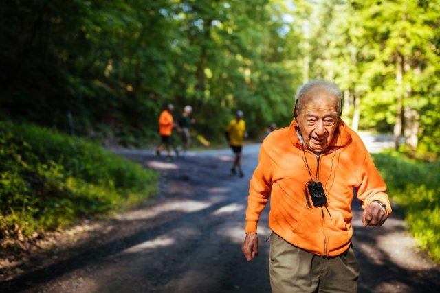 Năm nay, cụ George 99 tuổi, vẫn kiên trì leo núi tham gia những cuộc thi chạy đường dài.