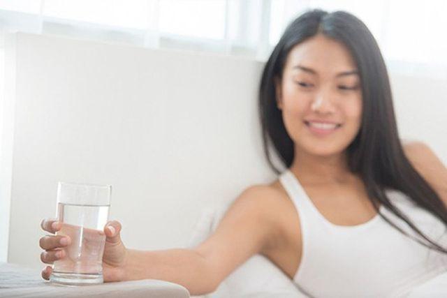 Một cốc nước ấm vào buổi sáng giúp bổ sung nước kịp thời