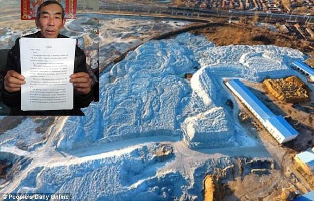 Năm 2001, ở độ tuổi 60, ông Vương bắt đầu theo đuổi vụ kiện khi nhà cửa và những vùng xung quanh mảnh đất canh tác của ông tràn ngập chất thải độc hại từ công ty Qihua