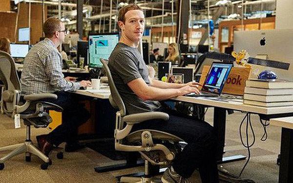 Tỷ phú hàng đầu thế giới làm việc trên chiếc bàn thế nào?