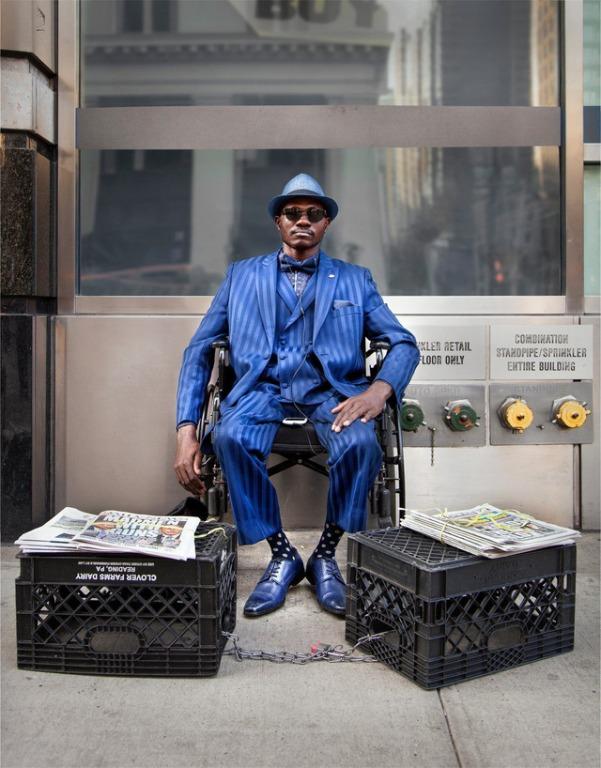 Mặc vest đi giày Tây bán báo, chàng trai vô gia cư trở thành người giàu sở hữu nhà giữa New York