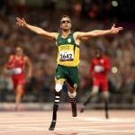 """Định mệnh đã lấy đi của Oscar Pistorius đôi chân, khiến anh phải sống đời tàn tật từ khi cất tiếng khóc lọt lòng. Nhưng từ sâu thẳm trái tim mình, """"người không chân"""" chưa bao giờ có ý nghĩ đầu hàng số phận. Hơn mười năm miệt mài băng mình trên đường chạy, nâng cơ thể mình bằng đôi chân sợi các-bon, Pistorius muốn chứng minh cho cả thế giới thấy rằng những người không may bị khuyết một phần cơ thể như anh vẫn có quyền mơ đến mọi đỉnh cao. Olympic 2012, Pistorius cuối cùng đã thỏa nguyện. Oscar Pistorius – """"Người không chân"""" chinh phục cả thế giới Qua cơn đau bằng máu và nước mắt Pistorius đã trở nên nổi tiếng khắp thế giới, kể từ khi anh bước ra đấu trường Paralympic 2004 và giành mọi HCV ở những cự ly chạy quan trọng nhất. Tại Athens năm đó, hàng vạn khán giả đã tung hô anh như một thần tượng lớn với danh hiệu người không chân chạy nhanh nhất hành tinh. Nhưng ở Nam Phi, thay vì cái danh hiệu dài lê thê đó, người ta vẫn trìu mến gọi anh bằng cái tên Oscar. Một đồng đội bình thường (hoàn toàn lành lặn) ở đội tuyển điền kinh Nam Phi dự Olympic 2012 đã lý giải: """"Chỉ với cách gọi ấy, chúng tôi mới thể hiện được hết lòng kính phục của mình. Oscar không chỉ là một VĐV thể thao xuất sắc. Nỗi bất hạnh cuộc đời mà anh ấy phải chịu đựng và vượt qua xứng đáng là một biểu tượng về ý chí vươn lên cho hàng tỷ người trên khắp hành tinh này"""". Người đồng đội của Pistorius không hề quá lời. Tại đất nước từng sản sinh ra huyền thoại Nelson Mandela, từng giành quyền đăng cai vòng chung kết World Cup 2010, Oscar Pistorius vẫn thường được mang ra làm tấm gương cho lũ trẻ. Khi các nhà báo nước ngoài lặn lội về tận Nam Phi trước Thế vận hội 2012, họ đã được nghe kể về quá khứ đầy nước mắt của Oscar. 11 tháng tuổi, anh đã bị bác sỹ kết luận căn bệnh không có xương mác bẩm sinh là vô phương chữa trị. Vì căn bệnh ấy, Oscar không thể có chân và suốt cuộc đời phải gắn bó cùng đôi chân giả hoặc chiếc xe lăn. Tuổi ấu thơ trải qua nhiều ký ức về một nỗi ám ảnh kinh khủng. Pistorius từng kể rằng anh"""