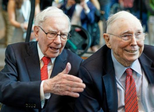 Warren Buffett và Charlie Munger đã dạy tôi làm chủ tư duy, cảm xúc đầu tư